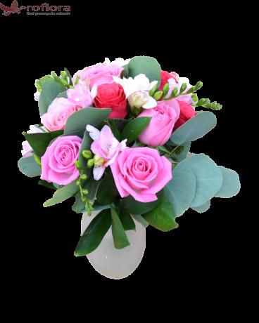 Buchet cu trandafiri si frezii