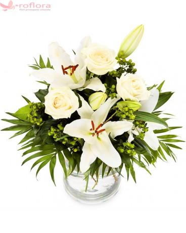 Buchet de flori din crini albi si trandafiri albi