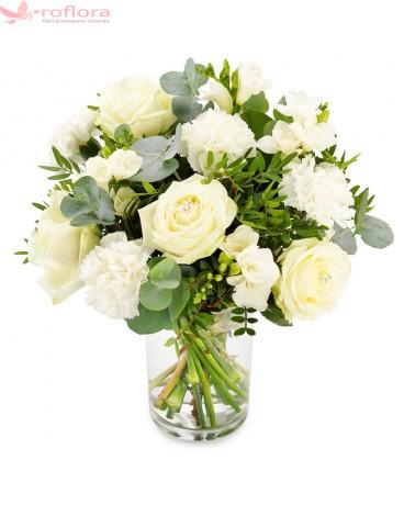 buchet cu trandafiri, frezii si garoafe albe
