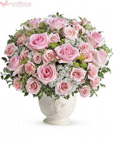 Aranjament floral cu trandafiri roz si minirosa