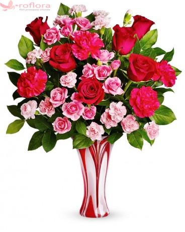 Trandafiri roșii, roz, garoafe, vaza rosie