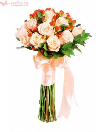 Buchet de mireasa cu trandafiri si hypericum