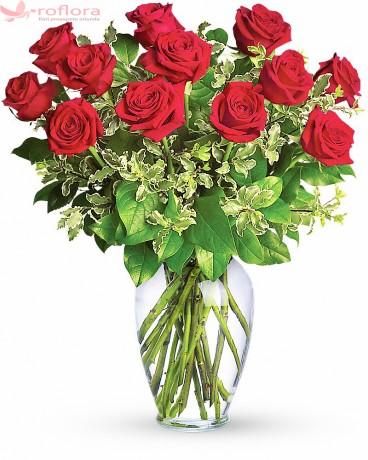 Buchet din 13 trandafiri roșii cu verdeata