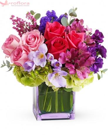 Buchet din trandafiri si hortensie verde