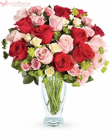 Buchet din trandafiri rosii, roz si albi