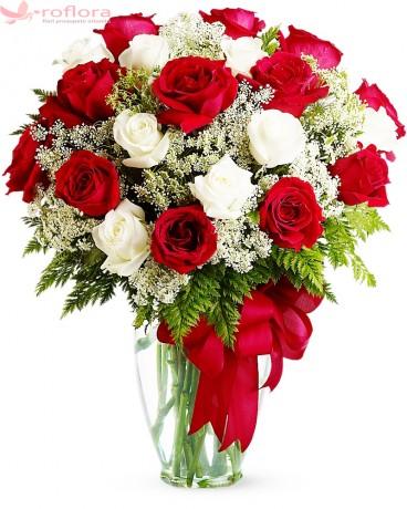 Buchet din trandafiri rosii, albi si gypsophila