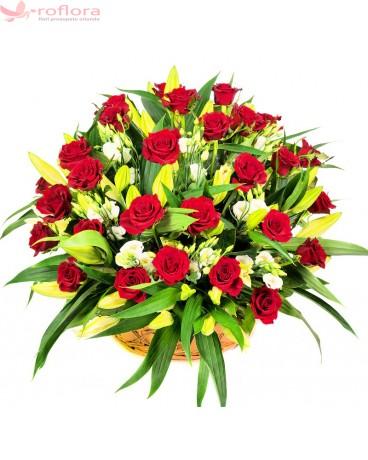 cos din trandafiri, crini, eustoma, verdeata pentru ziua indragostitilor