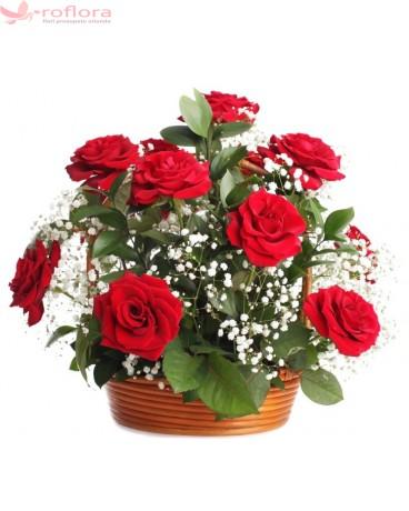 Cos cu trandafiri si gypsophila