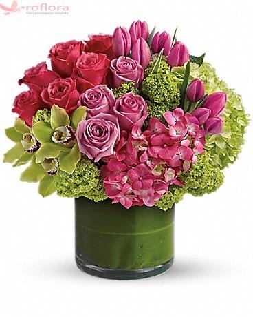 Buchet cu trandafiri, lalele si hortensie verde