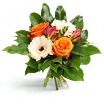Buchet de flori proaspete ce contine trandafiri portocalii, gerbera albe, frezii si verdeata. Este livrat in aceeasi zi de un florar local cu experienta, partener Roflora.