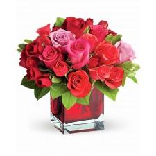 Pretuire – Aranjament cu trandafiri roz si rosii