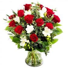 Simplu Sofisticat – Buchet din trandafiri si frezii